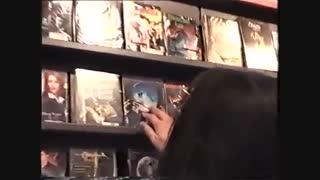 مایکل جکسون در حال خرید درفروشگاه-2002برلین