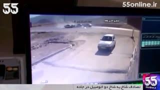 لحظه تصادف شاخ به شاخ دو اتومبیل در جاده