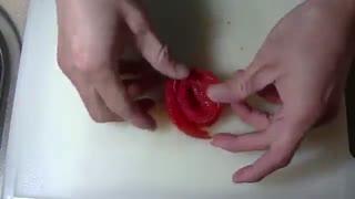 گل با گوجه برای تزیین سالاد