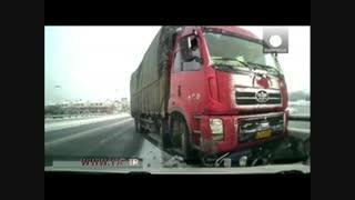 نجات حیرت انگیز مردی پس از تصادف با کامیون