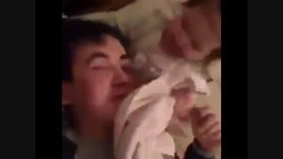 خخخخ چقد باحال صورت باباشو تمیز میکنه!