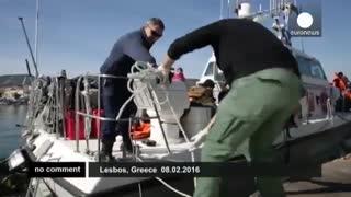 پناهجویان برای رسیدن به یونان از آبهای سرد می گذرند