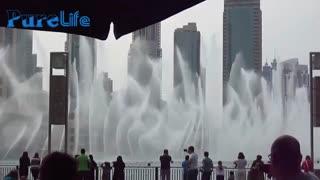 رقص آب در نزدیکی برج خلیفه 2، دبی، امارات متحده عربی