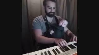 باباهه اهنگ میزنه بچه میخوابه.. اخییی