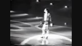 غش کردن هوادار مایکل جکسون در آغوش مایکل