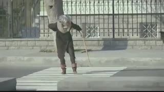 عبور پیرزن از خیابون(دوربین مخفی)