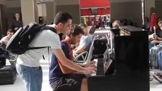 نواختن بسیار زیبای پیانو در ایستگاه قطار توسط دو غریبه