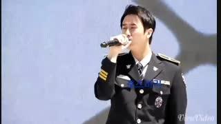 اجرای آهنگ پسران برتر از گل توسط یونگ سنگ