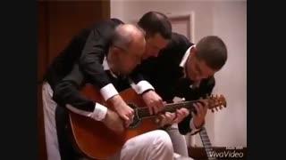 اجرای موسیقی سه نفره با یک گیتار