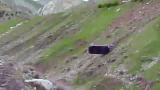 ویدئوی دوم پرتاب خودرو به دره