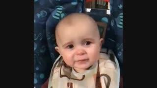 کودکی چند ماه قبل مادرش رو از دست میده و خاله کودک بعد از چند ماه از فوت مادر، شعری رو که مادر کودک براش میخونده رو میخونه.