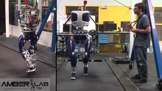 شبیهسازی حرکت انسانها توسط ربات DURUS با کفش های کتانی