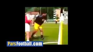 دریبل تکنیکی و خارق العاده بازیکن فوتبال به کمک میله پرچم کرنر