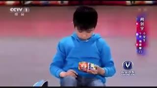 حل دو مکعب روبیک همزمان توسط بچه چینی 9 ساله